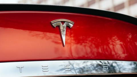 Tesla rýchlo napreduje