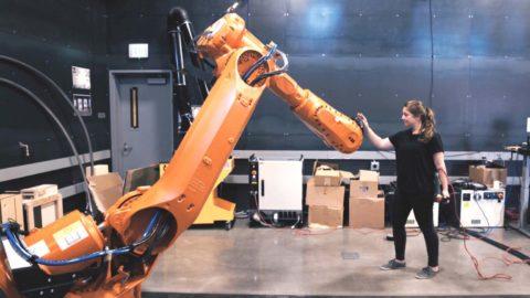 Inteligentný priemyselný robot vníma prítomnosť človeka