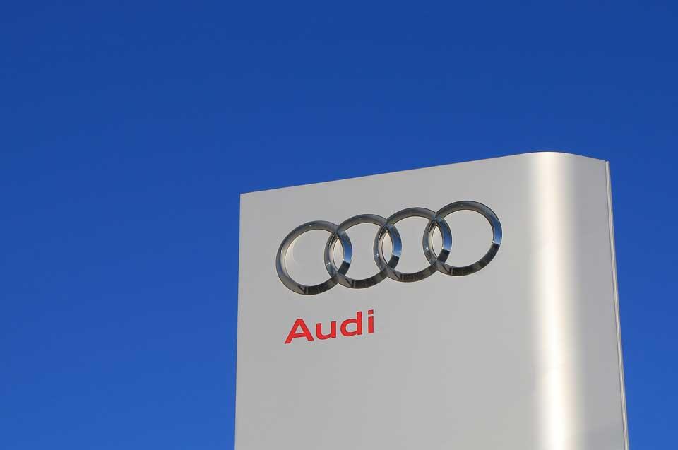 Audi tabuľa s logom