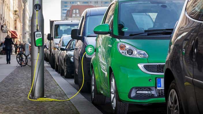 Nabíjanie elektromobilu na ulici