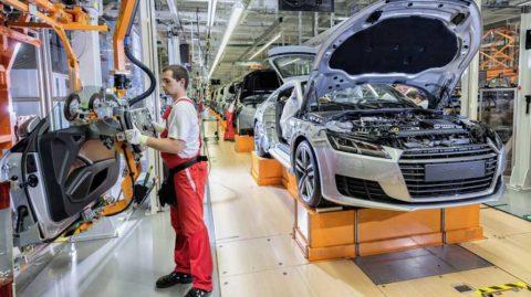 Audi plánuje revolúciu: z jeho fabrík by mali zmiznúť klasické linky