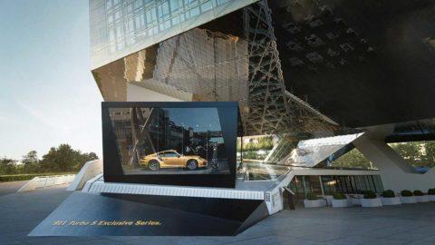 Roboty ABB ukazujú najnovší model Porsche cez kamery
