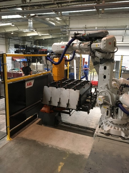 Obr.2: Vytvorenie robotizovanej bunky pre zváranie plechových šatníkových priniesla výrazné zvýšenie kapacity výroby a zároveň kvality zvarov.
