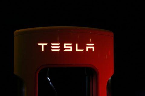 Tesla potvrdzuje postavenie najväčšej nabíjacej stanici vEurópe s42 Superchargermi