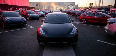 Model 3 sa predával lepšie než všetky prémiové sedany za júl dokopy