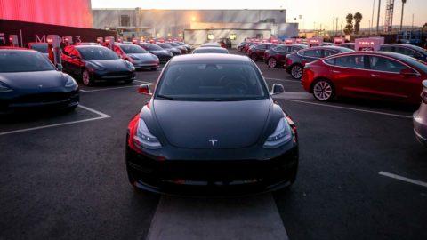 Tesla dosiahla míľnik. Vyrobila 100-tisíc kusov Modelu 3