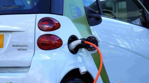 India chce zvýšiť predaj elektromobilov do roku 2023 na 25%