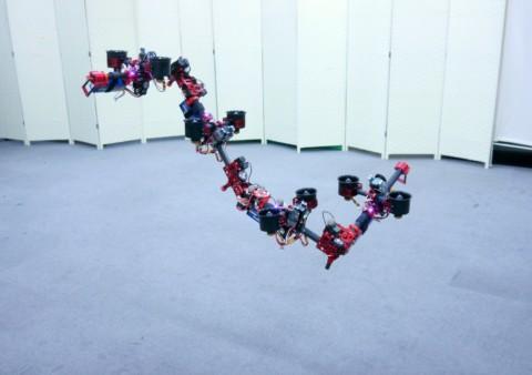 Lietajúci Dragon Drone dokáže počas letu meniť svoj tvar